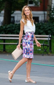 Jessica Hart completed her outfit with comfy and cute flat white sandals.