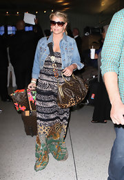 Jessica Simpson paired her maxi dress with a leather tote bag.