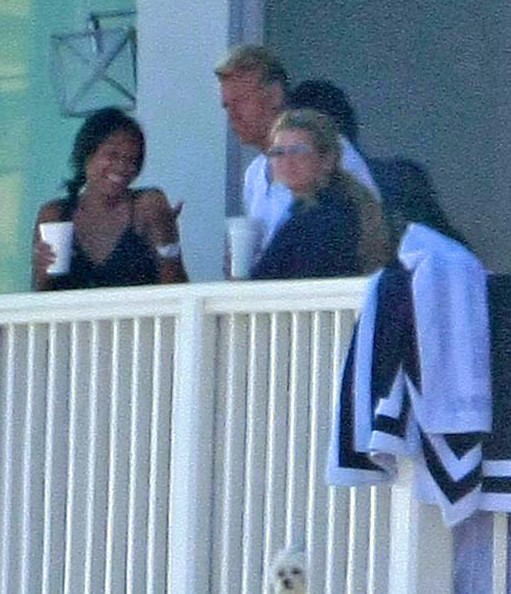 Jessica Simpson Hanging Out With Friends On A Balcony In Malibu
