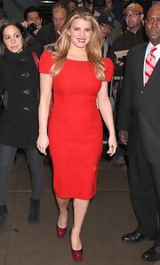 Jessica Simpson showed off her classy side wile appearing at the David Letterman show. She combats all those weight rumors in this fiery red dress. Way to go Jess!