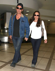 Diane Lane kept her travel style classic in a pair of dark bootcut jeans.