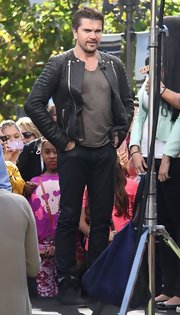 Juanes looked super cool in this black leather jacket, featuring quilted sleeves.