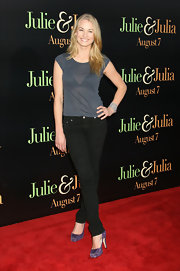 Yvonne Strahovski jazzes up a simple outfit with a bright pair of colored pumps.