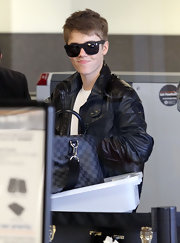 Justin channels James Dean in his black ensemble and wayfarer sunglasses at the airport.