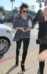 To balance out her oversized top, Khloe Kardashian chose a pair of skinny black leggings to complete her look.