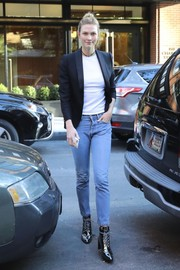 Karlie Kloss kept it relaxed yet stylish in Re/Done jeans and a black blazer while out in New York City.