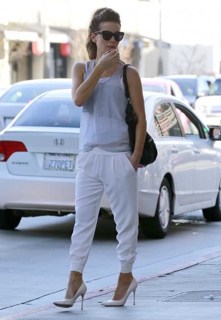 Kate Beckinsale Stops By A Spa In Brentwood
