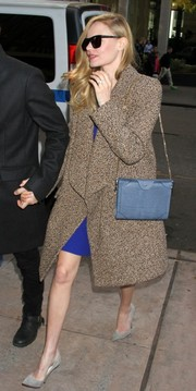 Kate Bosworth topped off her outfit with a simple yet elegant blue chain-strap bag.