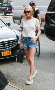 Kate Bosworth accessorized her outfit with a black leather bucket bag.