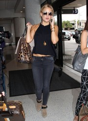 Kate Hudson sealed off her airport look with suede ankle boots in beige and black.