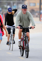 Kate Hudson Kurt Russell Kate Hudson And Family Out For A Bike Ride In Santa Monica