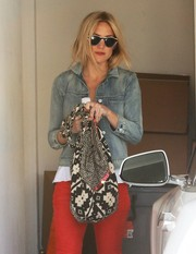 Kate Hudson accessorized with a tribal-print hobo bag for a visit to the salon.