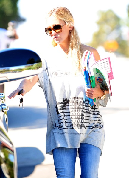 More Pics of Kate Hudson Flare Jeans (1 of 21) - Jeans Lookbook - StyleBistro []