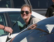 Kate Upton stepped out on a sunny day in West Hollywood wearing classic Ray-Ban aviators.