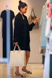 Katie Holmes went shopping carrying a simple white leather tote. The classic bag paired perfectly with her Chanel ballet flats.