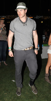 Kellan donned a gray v-neck ringer tee for the Coachella Music Festival.