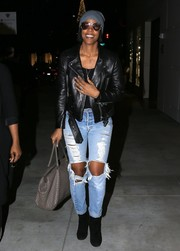 For her arm candy, Kelly Rowland chose a woven leather tote, in taupe.