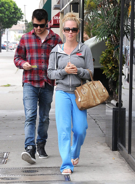 """Kendra was spotted leaving the nail salon in comfy digs, including her """"I Heart My Hood"""" hoodie."""