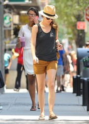 Keri Russell completed her breezy ensemble with a pair of tan shorts.