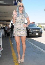 Kesha completed her eye-catching airport look with a pair of nude platform sandals.