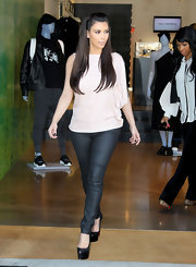 Kim Kardashian showed off her killer curves in a pair of black leather-coated skinny jeans.