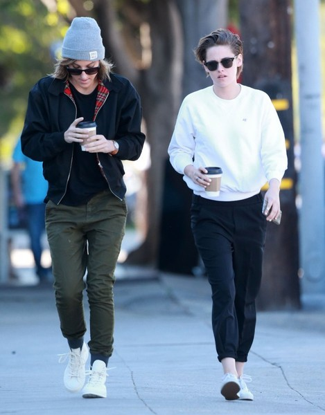 More Pics of Kristen Stewart Square Sunglasses (4 of 31) - Kristen Stewart Lookbook - StyleBistro []