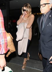 LeAnn Rimes topped off her travel style with snakeskin wedges.