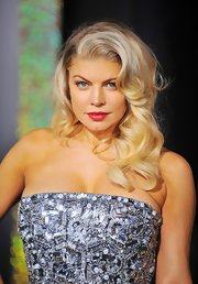 Fergie wore her long ultra blond locks in big, bouncy curls at the premiere of 'New Year's Eve.'