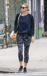 Maria Sharapova matched her sporty top with a pair of swirl-patterned leggings.