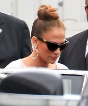Jennifer Lopez wore her hair in a classic bun along with some seriously sexy cat-eye shades at the Maribel Foundation & Samsung press conference.