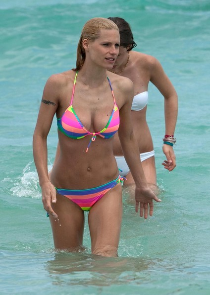 Michelle Hunziker and her daughter Aurora hit the beach today in Miami in ...