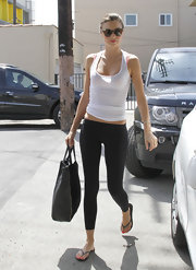 Miranda Kerr showed off her slim figure in this black leggings.