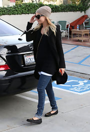 Nicole wears a beige knit beanie for this ultra cool style.
