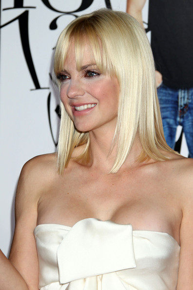 Anna Faris wore her shiny, straight hair in sleek bob to the premiere of 'What's Your Number'. She kept the look simple and added some eye-enhancing emphasis with brow-length bangs.