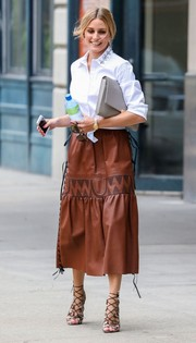 Olivia Palermo finished off her ensemble with an oversized gray leather clutch.