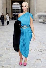 Amber paired her fuchsia pink heels with an electric blue one-shoulder dress.