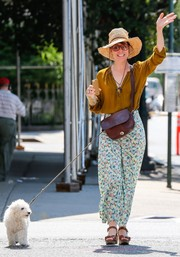 Actress Parker Posey looked ready for a trip to the farmers' market in this wide brim hat.