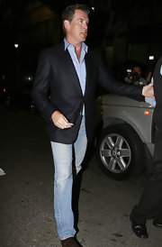 Pierce jazzed up his classic jeans with a cool blazer in a navy hue.