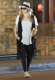 Fergie balanced out her oversized vest and tee with a pair of black skinny pants.