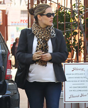 Jennifer Garner livened up her maternity look with this leopard print scarf.