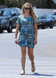 Teresa Palmer completed her breezy look with a pair of flat two-tone sandals.