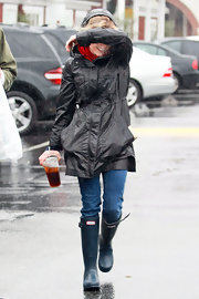 Reese Witherspoon grinned and bared the rain in a pair of hunter green rain boots.