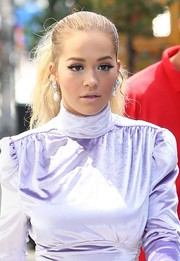 Rita Ora added major glamour with a pair of pearl drop earrings by Erickson Beamon.