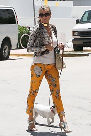 Rita opted for mixed patterns when she paired this gray snakeskin blazer with floral-print pants.