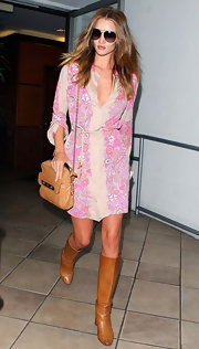Rosie Huntington-Whiteley teamed her '70s style tunic with a luxe tan ostrich leather Carter bag.