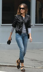 SJP rocked skinny jeans with darker-colored rolled cuffs.