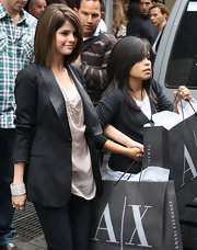 Selena paired a trendy boyfriend blazer with an unusual cuff during a Manhattan shopping trip.