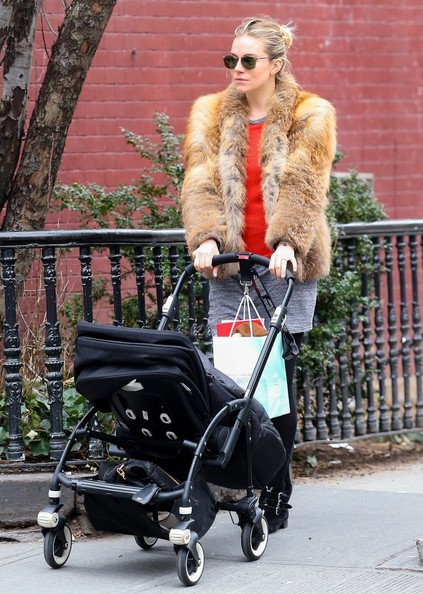 Sienna Miller Out For A Stroll With Her Daughter