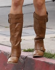 Sophie opted for flat boots to pair with her cut-off jeans and loose top.