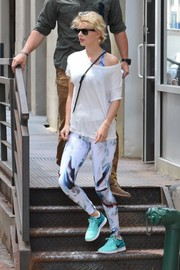Taylor Swift completed her workout look with a pair of turquoise running shoes by Nike.